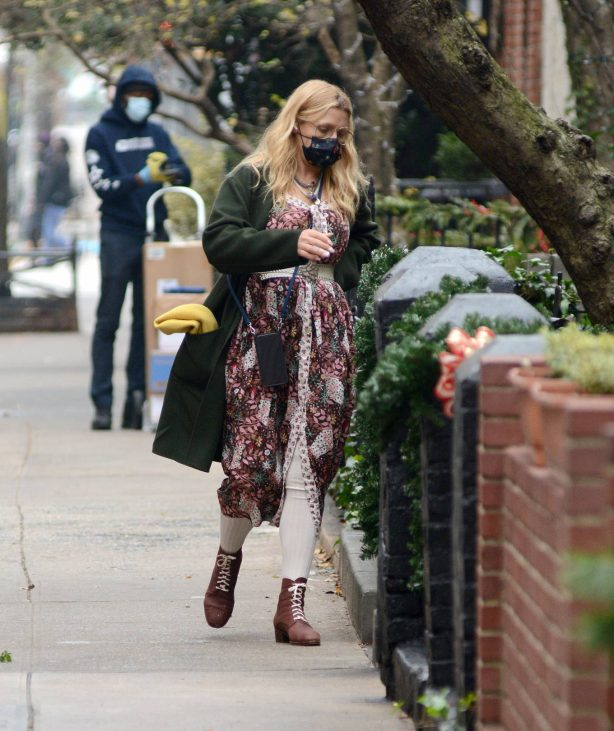 Busy Philipps - Flower shopping candids in New York