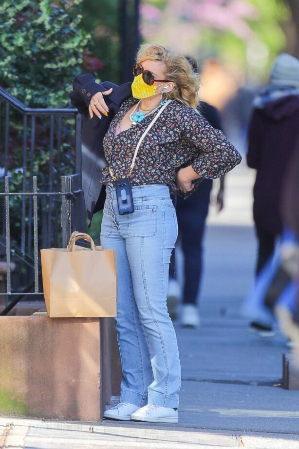 Busy Philipps - In denim shopping for groceries in New York