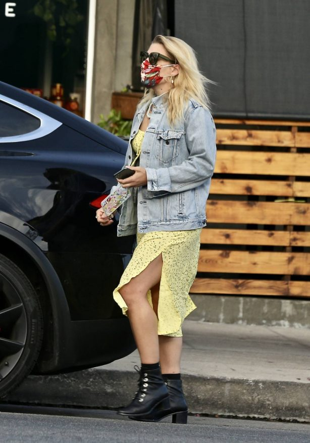 Busy Philipps - Picking up her lunch to-go order in Los Feliz