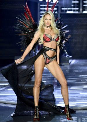 Candice Swanepoel - 2017 Victoria's Secret Fashion Show Runway in Shanghai
