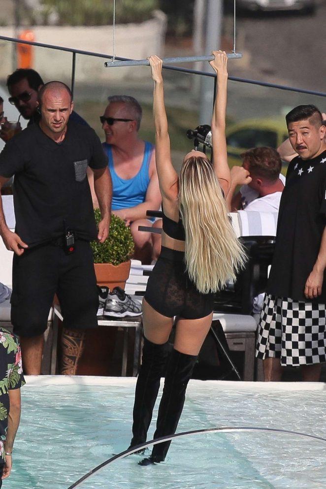 Candice Swanepoel 2017 : Candice Swanepoel Photoshoot for Vogue Brazil -25
