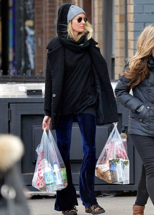 Candice Swanepoel returning to her apartment in NYC