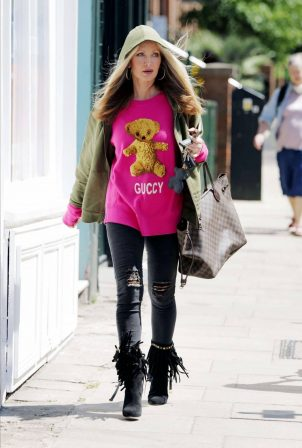 Caprice Bourret - Shopping candids in London