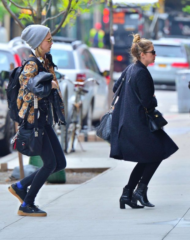 Cara Delevingne and Ashley Benson: Rush in to their new apartment -04