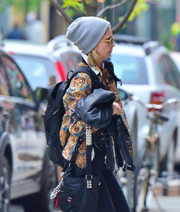 Cara Delevingne and Ashley Benson: Rush in to their new apartment -05