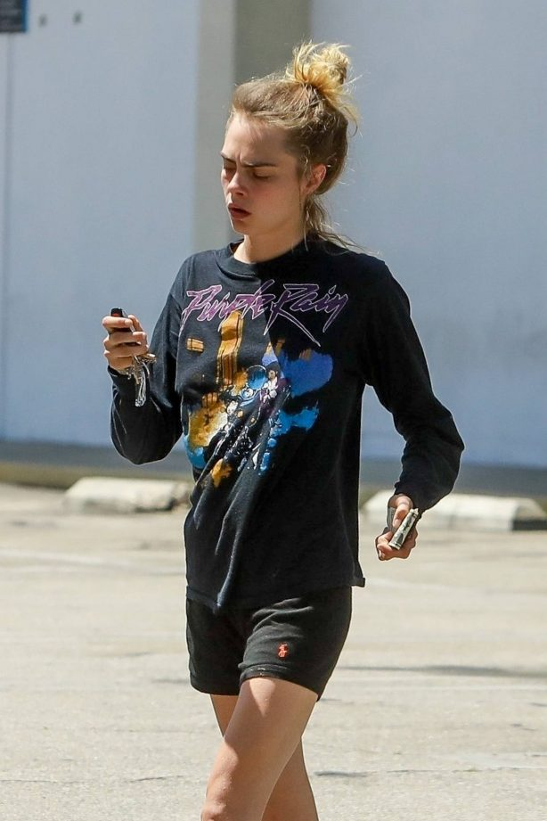 Cara Delevingne - Makes a trip to her local Chase atm in Los Angeles