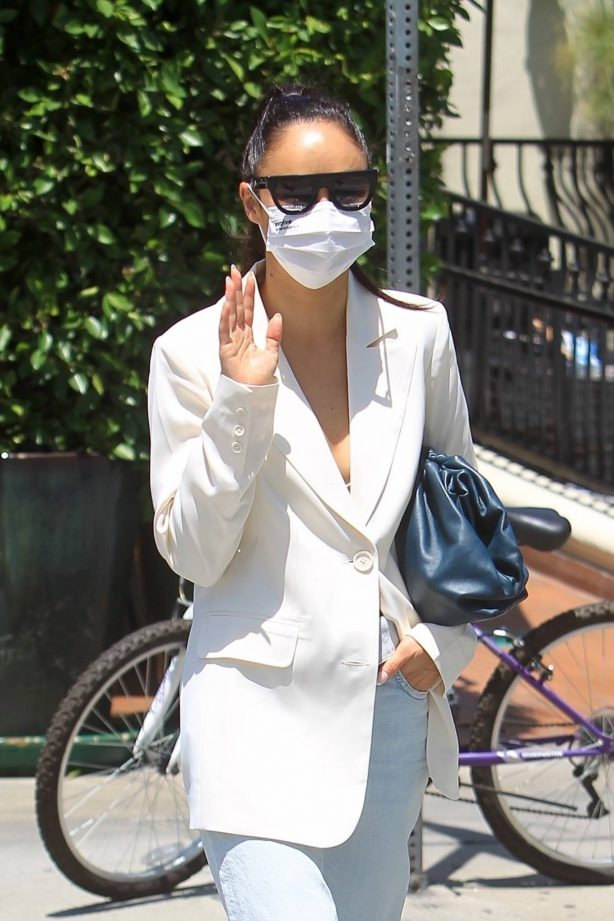 Cara Santana - Has lunch with friends at Urth Caffe in West Hollywood