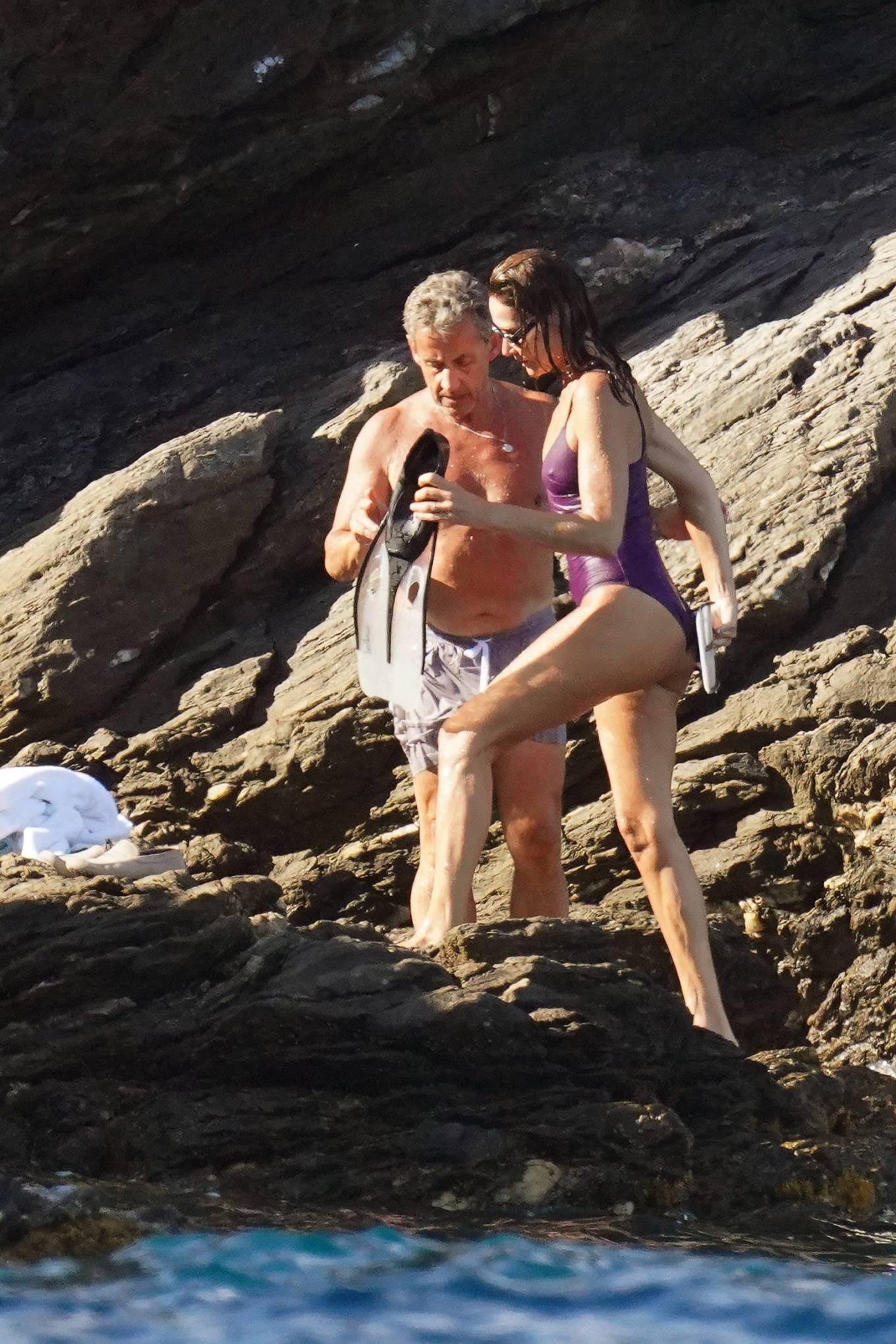 Carla Bruni -  With Valeria Bruni Tedeschi in a bikini at Cap Negre