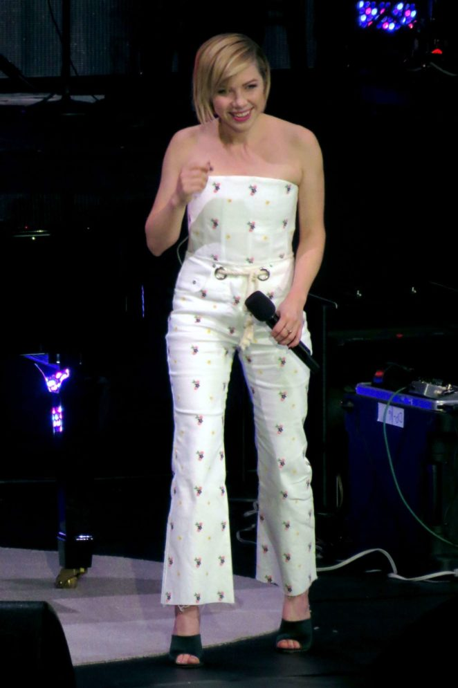 Carly Rae Jepsen - Performs at David Foster Foundation Gala in Vancouver