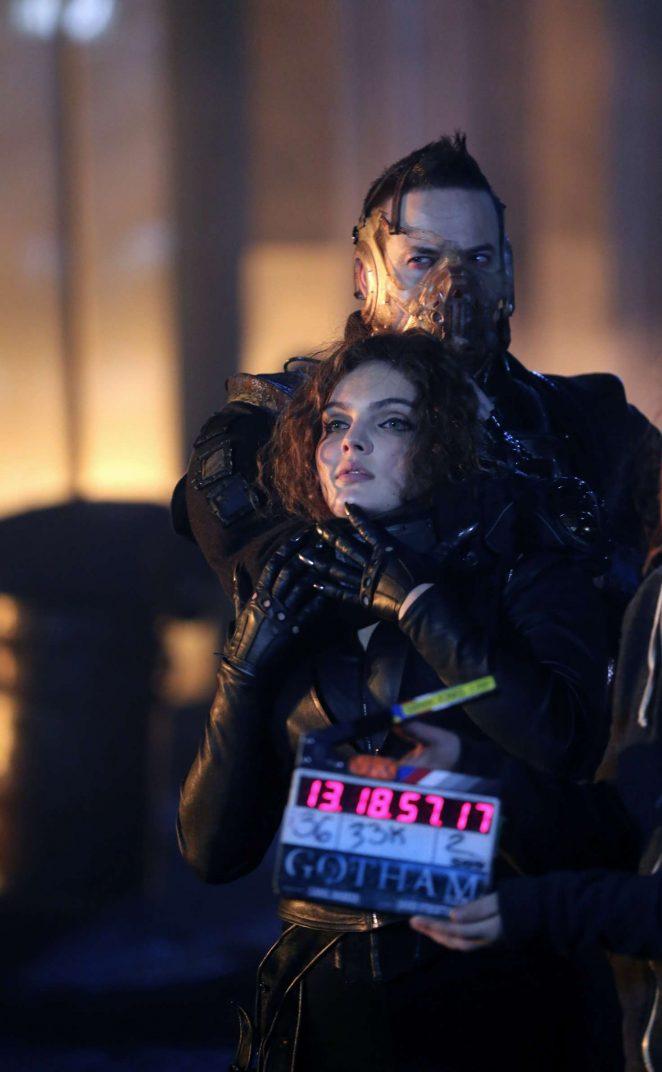 Carmen Bicondova - On the set of 'Gotham' in New York