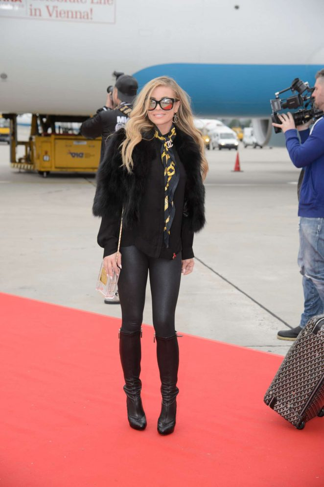 Carmen Electra Arrives at Airport in Vienna