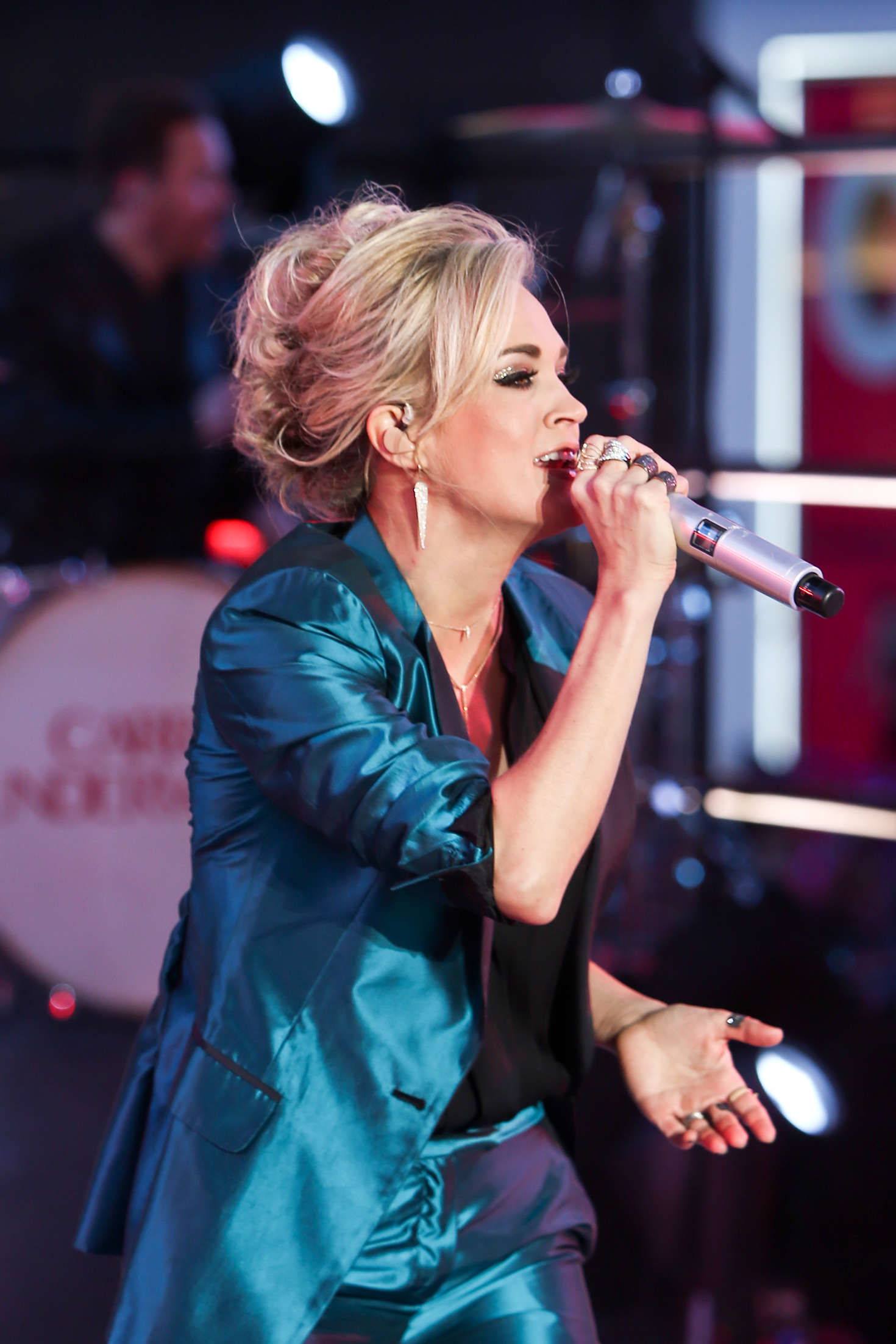 Carrie underwood performs at dick clarks pics 439