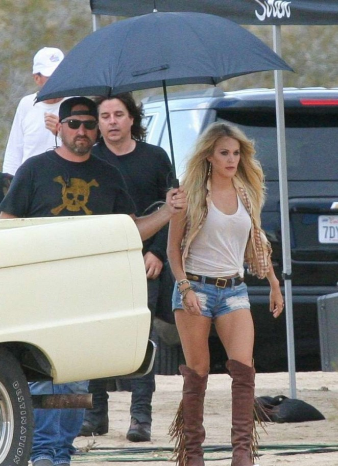 Carrie Underwood in Jeans Shorts -08
