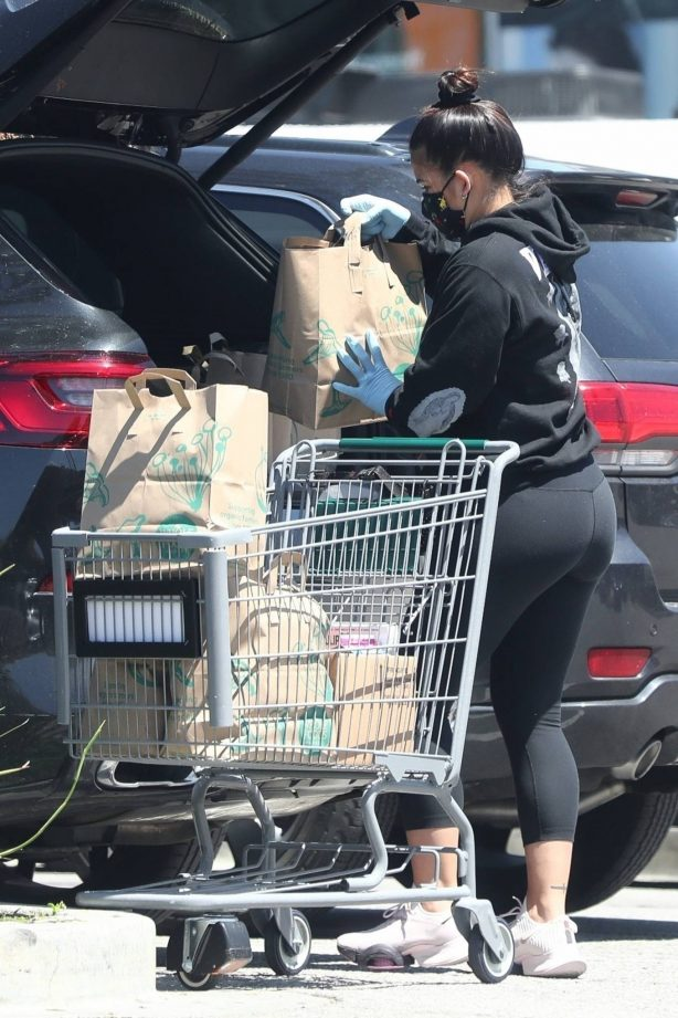 Cassie Ventura - Wears a face mask while out for a shopping