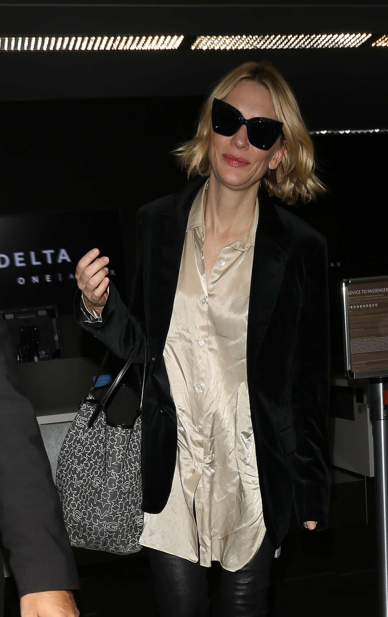 Cate Blanchett 2017 : Cate Blanchett at Los Angeles International Airport -06