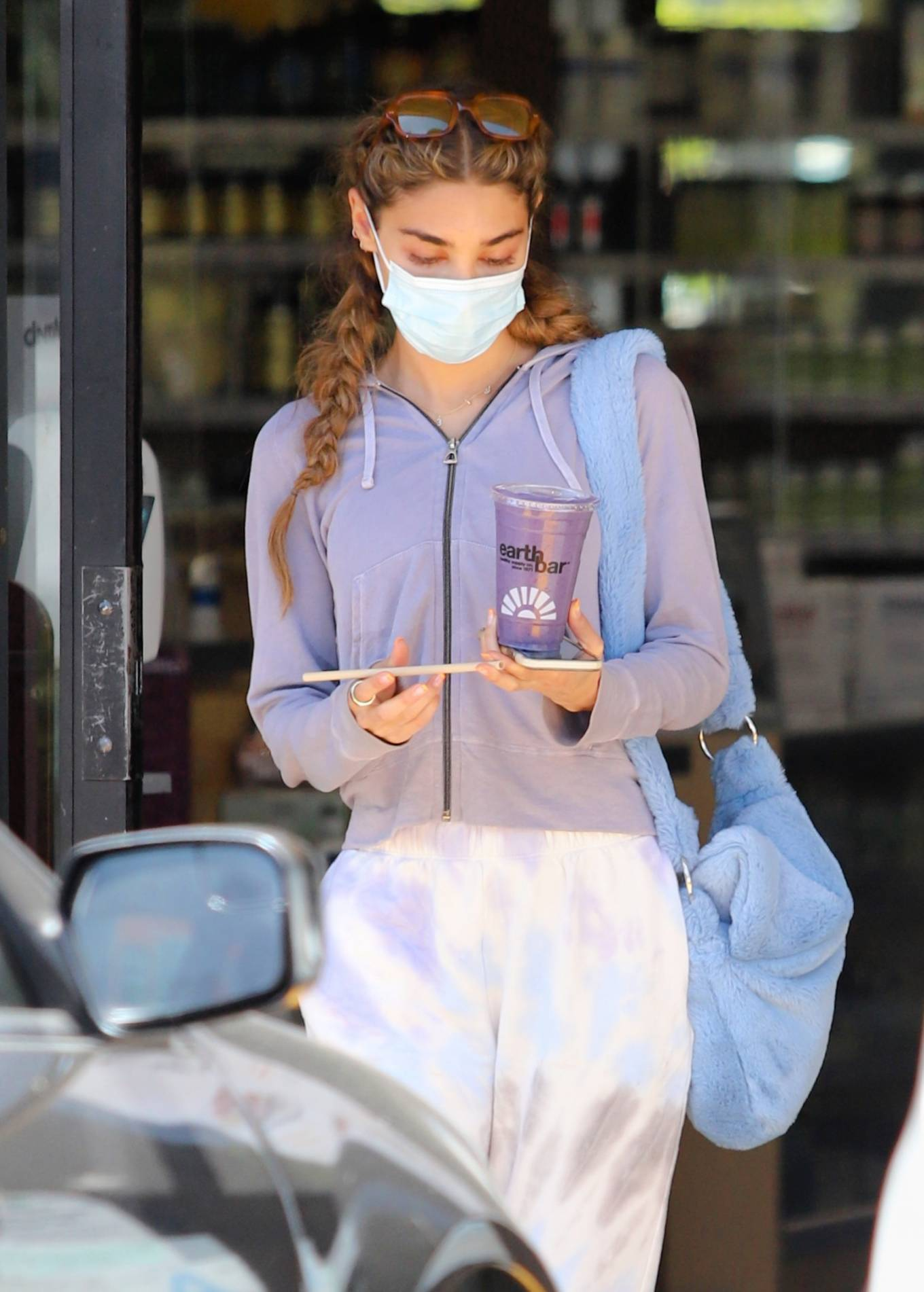 Chantel Jeffries - Getting a smoothie at Earthbar in West Hollywood