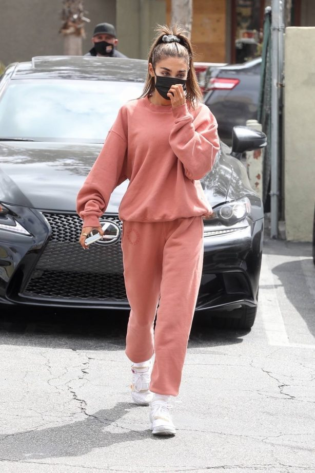 Chantel Jeffries - Looks sporty in Set Active sweats at The Earth Bar in Los Angeles