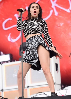 Charli xcx new look wireless festival in london for Lindsay aitchison