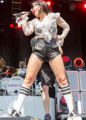 Charli XCX: Performance at 2015 Lollapalooza -01