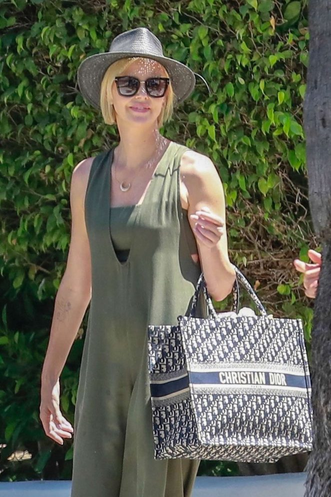 Charlize Theron - Leaving a gas station in Los Angeles