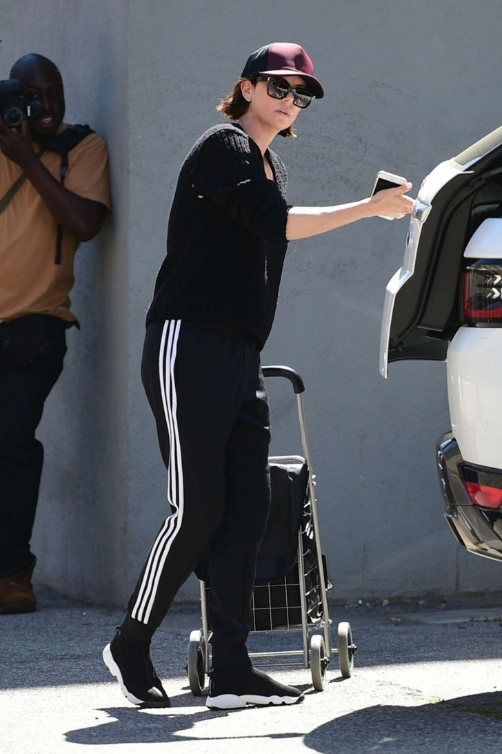 Charlize Theron: Shopping at the Farmers Market -02