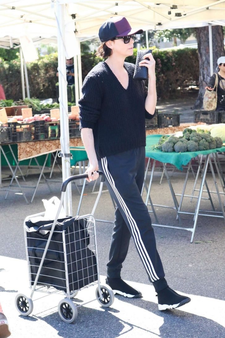 Charlize Theron: Shopping at the Farmers Market -03