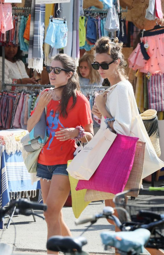 Charlotte Casiraghi 2019 : Charlotte Casiraghi – Shopping on the market in Cap-Ferret-02