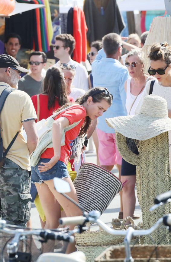 Charlotte Casiraghi 2019 : Charlotte Casiraghi – Shopping on the market in Cap-Ferret-05
