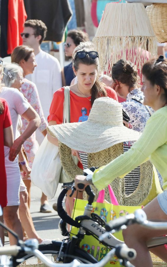 Charlotte Casiraghi 2019 : Charlotte Casiraghi – Shopping on the market in Cap-Ferret-09