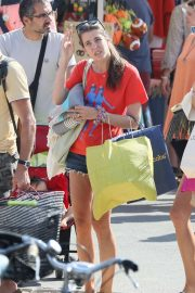 Charlotte Casiraghi - Shopping on the market in Cap-Ferret