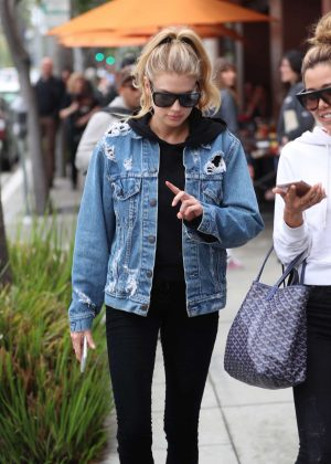 Charlotte McKinney - Leaves Nate'n Al's in Beverly Hills
