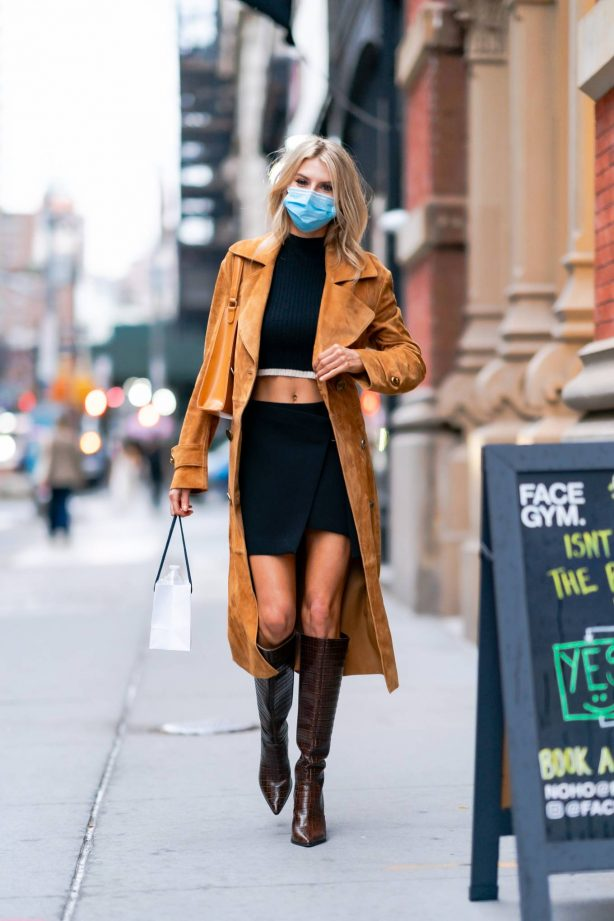Charlotte McKinney - Shopping candids in NYC