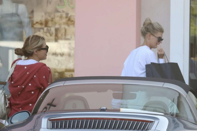 Charlotte McKinney: Shopping with friends in Malibu -01