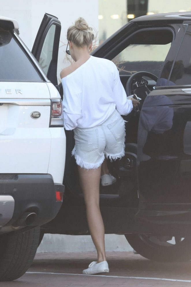 Charlotte McKinney: Shopping with friends in Malibu -06