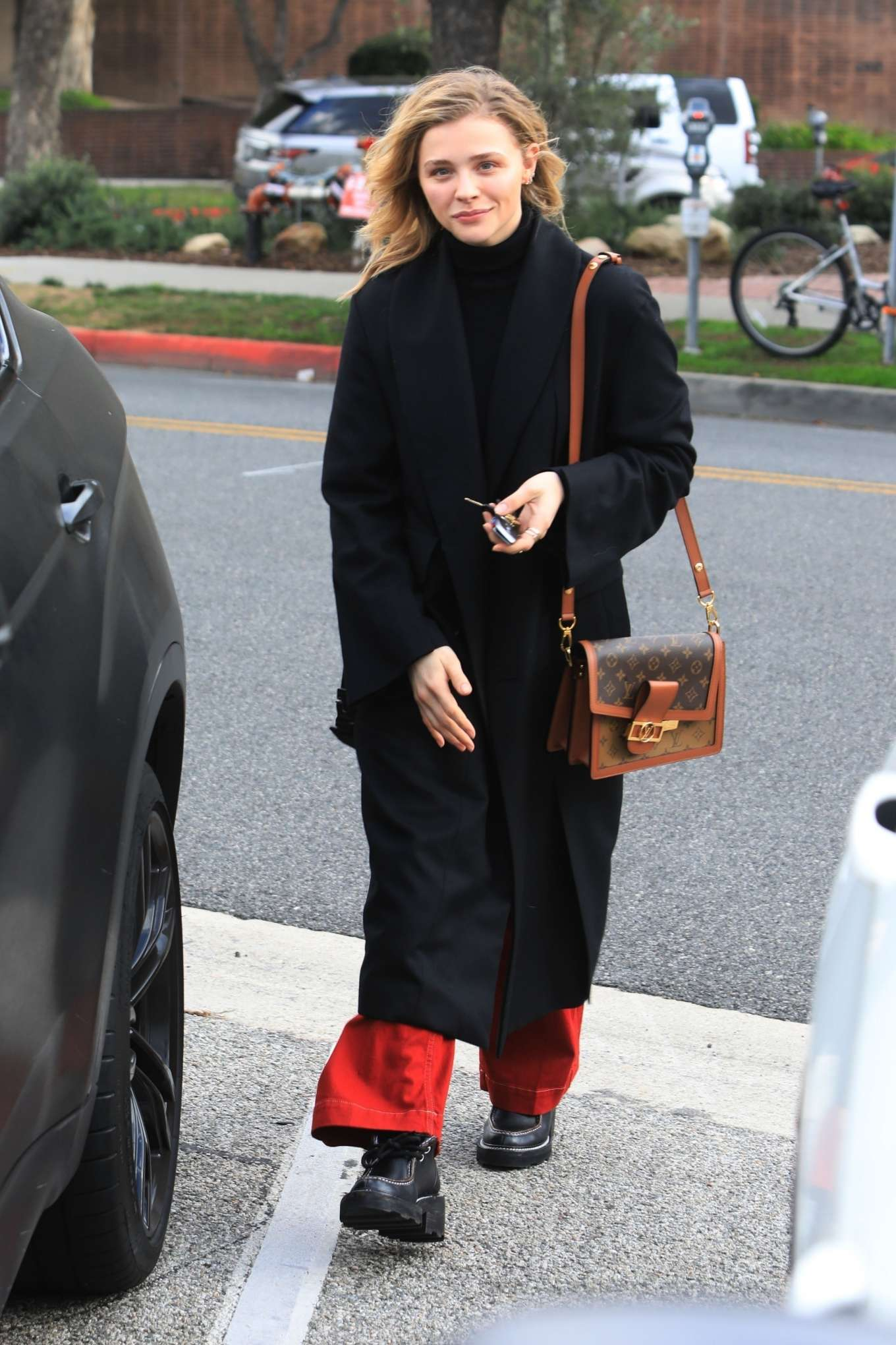 Chloe Moretz - Heading to her car after grocery shopping in Beverly Hills