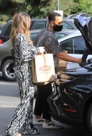 Chrissy Teigen and John Legend - Spotted picking up groceries in Los Angeles