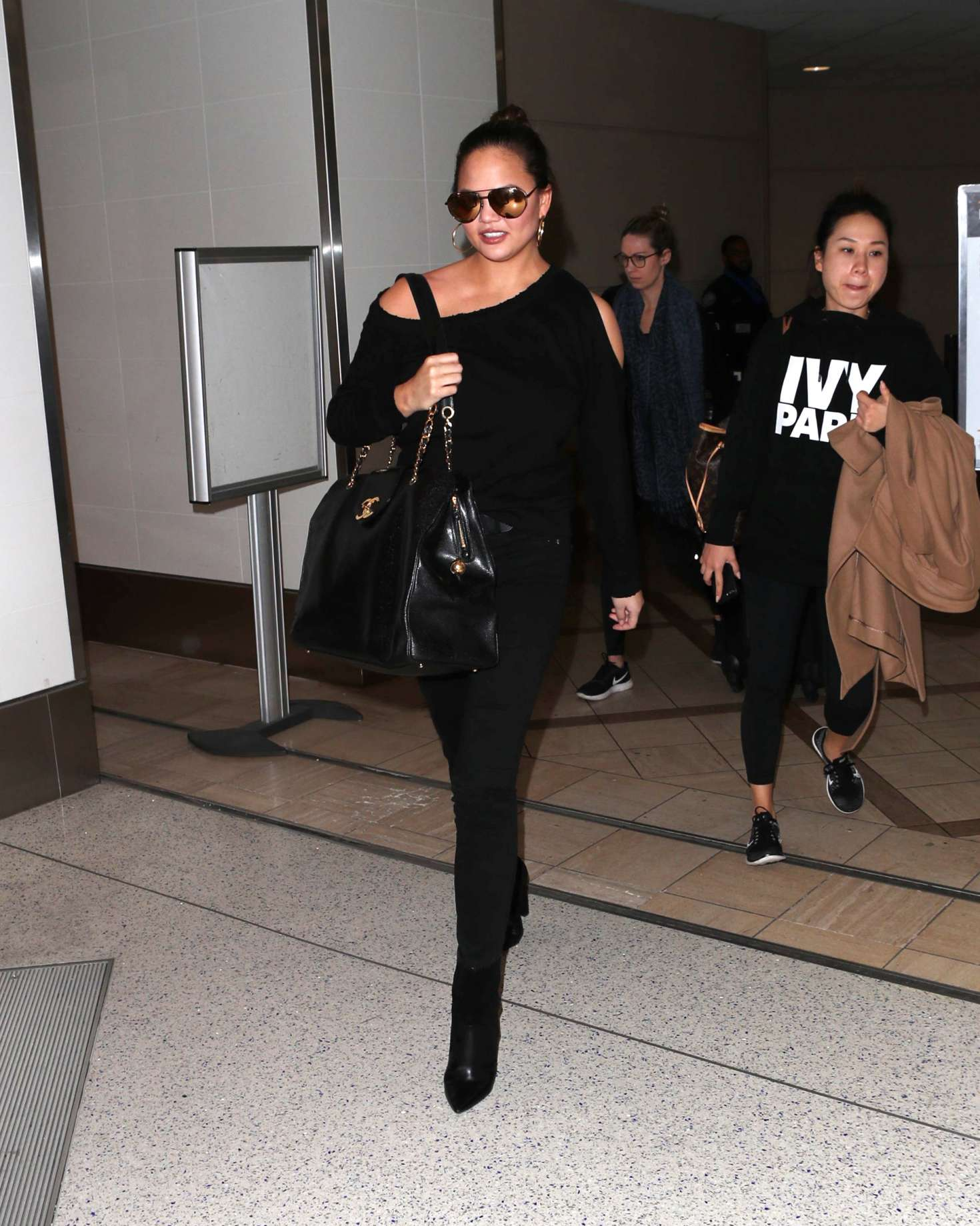 Chrissy Teigen 2015 : Chrissy Teigen: Arrives at LAX Airport -01