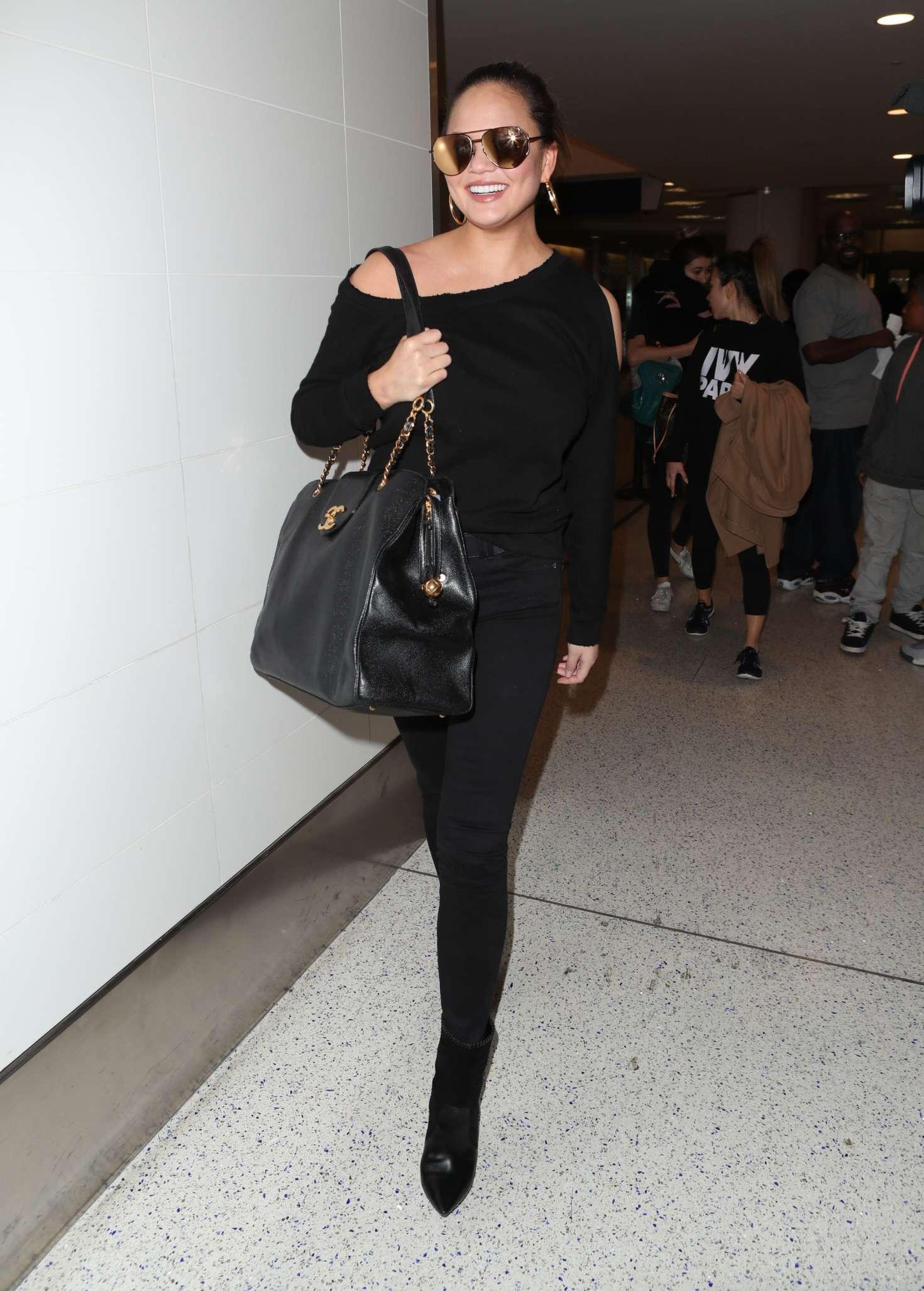 Chrissy Teigen 2015 : Chrissy Teigen: Arrives at LAX Airport -05