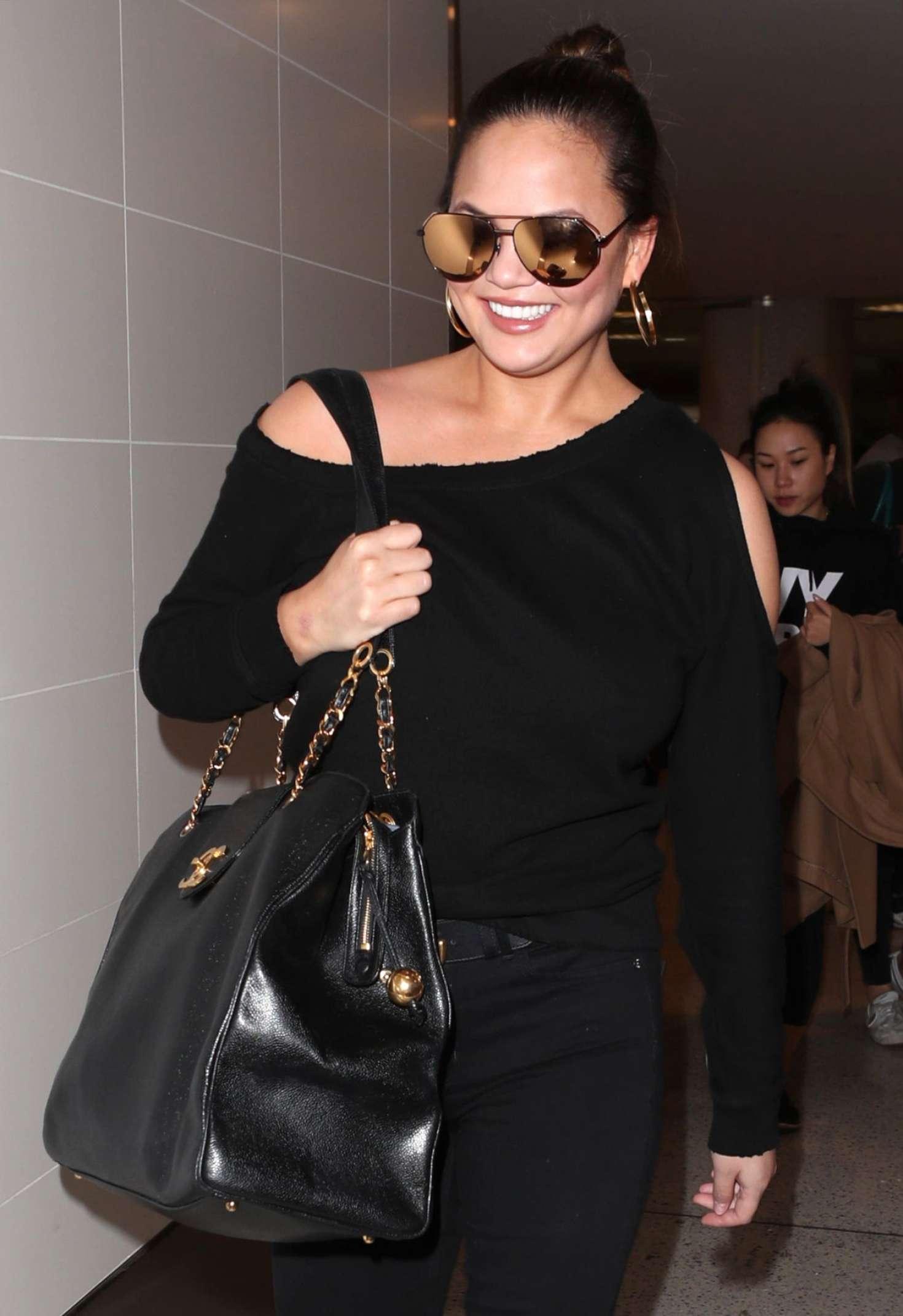 Chrissy Teigen 2015 : Chrissy Teigen: Arrives at LAX Airport -06