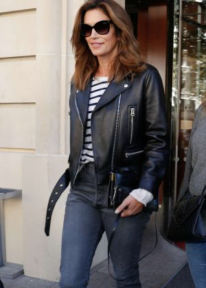 Cindy Crawford - Arriving at her hotel in Paris