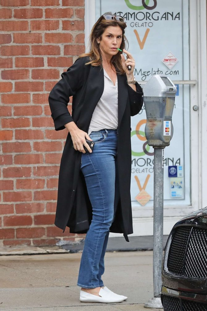 Cindy Crawford – Feeding the parking meter in Beverly Hills