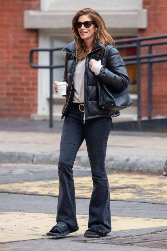 Cindy Crawford - Grabs a cup of coffee in NYC