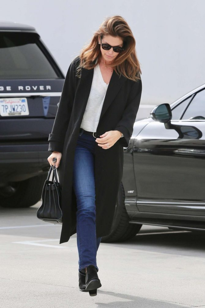 Cindy Crawford: Heads to the hair salon -01