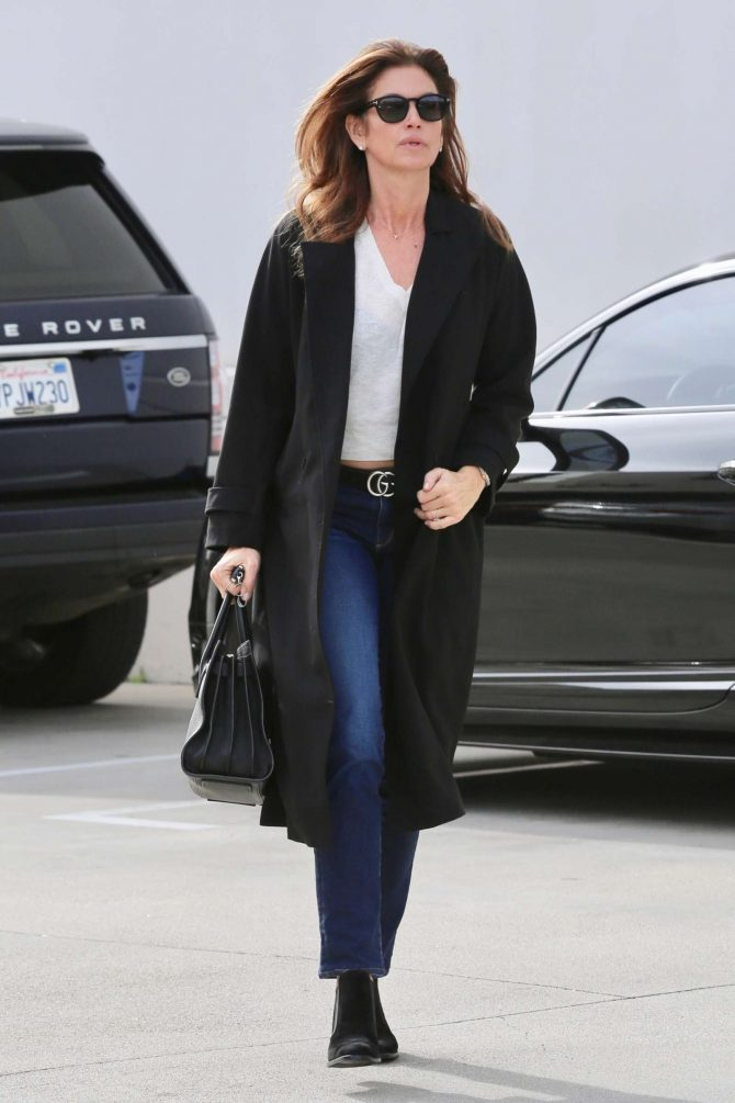 Cindy Crawford: Heads to the hair salon -02