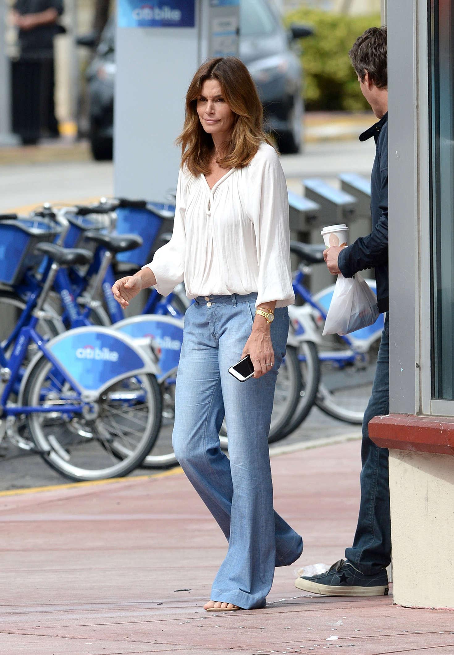 переезжают синди кроуфорд коллекция джинсов фото выяснилось, его тело