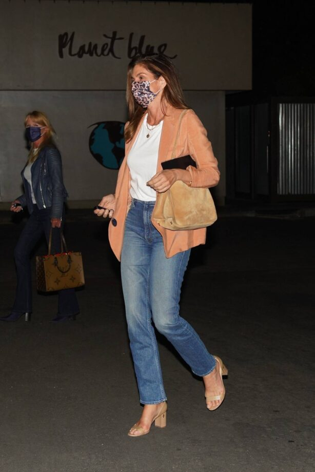 Cindy Crawford - Looks casual at Lucky's Restaurant in Malibu