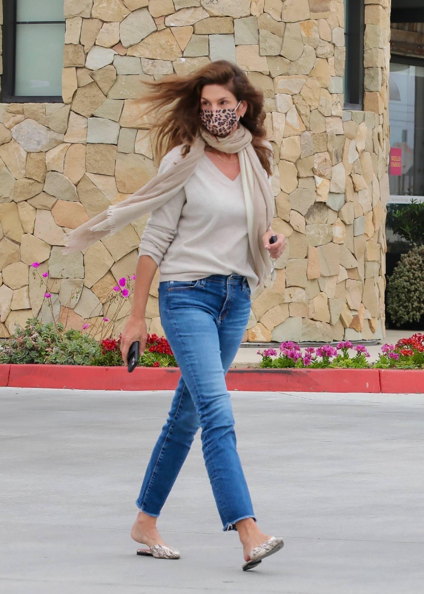 Cindy Crawford - Seen at Wells Fargo bank in Malibu