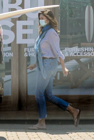 Cindy Crawford - Seen running errands over the weekend in Malibu