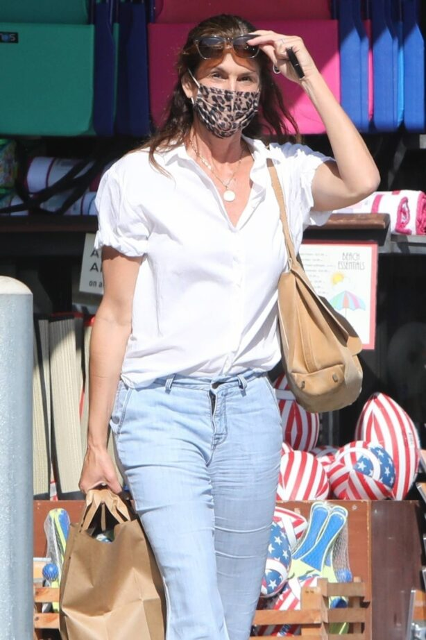 Cindy Crawford - Seen shopping at Vintage Grocers in Malibu