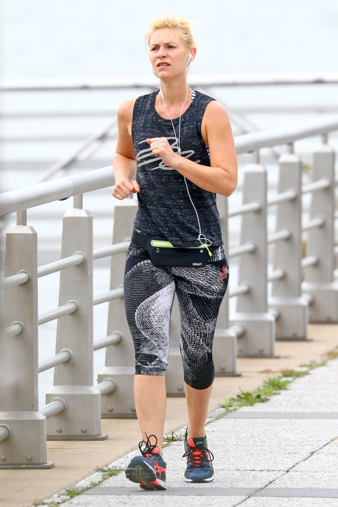 Claire Danes - Gets in a morning run before the New York Marathon in NYC